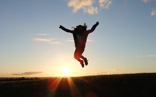 日の出にジャンプ