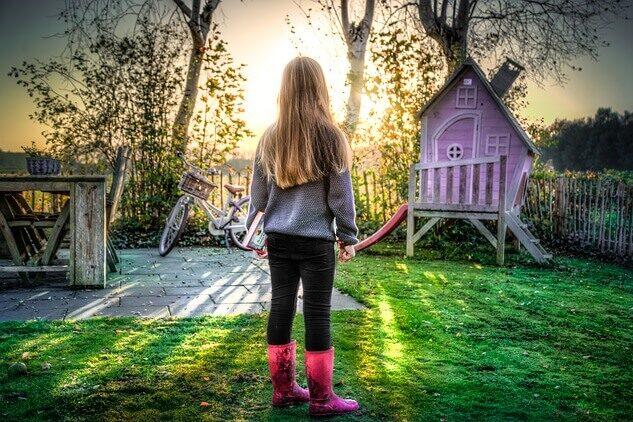 庭で背を向ける少女