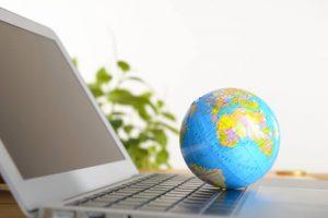 パソコンと地球儀