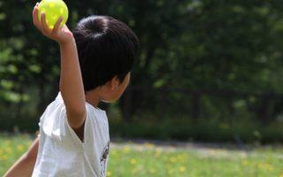 ボールを投げる少年