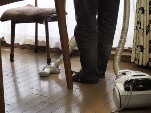 掃除機をかける男性