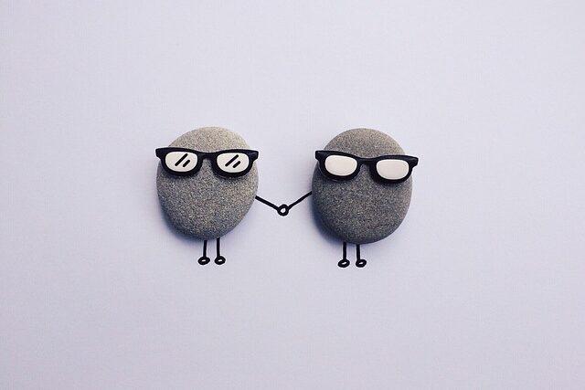 メガネをかけた石