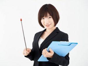 指示棒を持つ女性OL