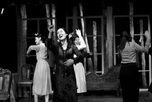 劇を演じる女性