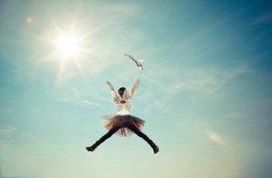 子供の妖精ジャンプ