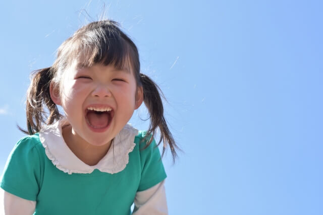 青空と笑顔の女の子