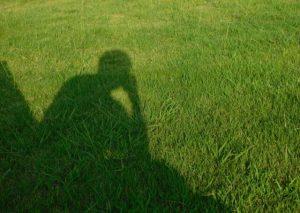 芝生で考え事