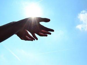 天国に向ける手