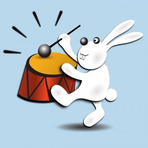 太鼓をたたくウサギ