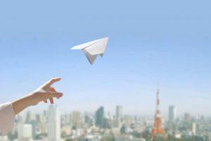 紙飛行機を飛ばす人