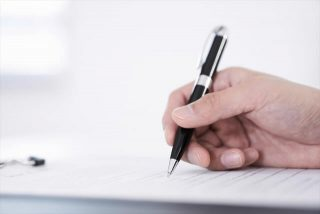 書類にサイン