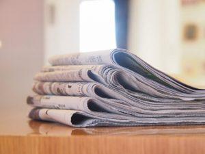 テーブルと新聞の束