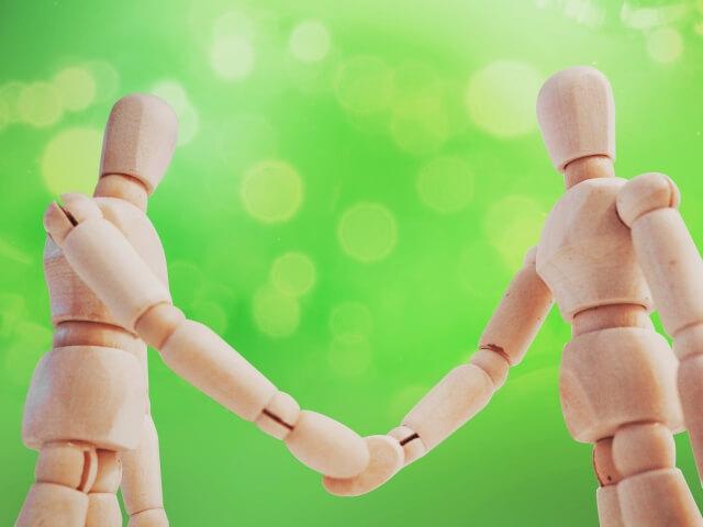 握手する人形