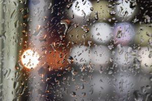 窓の雨と水滴