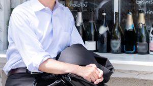 休憩するサラリーマンとワインボトル