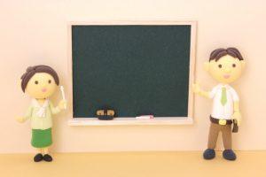 先生2人と黒板