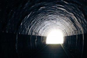 トンネルの向こうに光