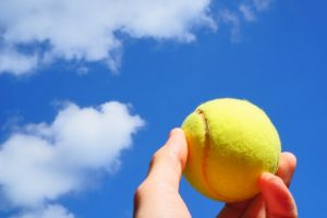 青空とテニスボール