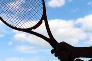 テニスラケットを構える