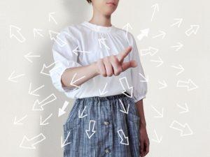 指をさす女性と矢印