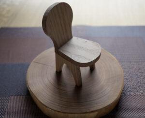 ミニチュアの椅子ひとつ