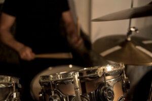 スタジオでドラムを叩く人